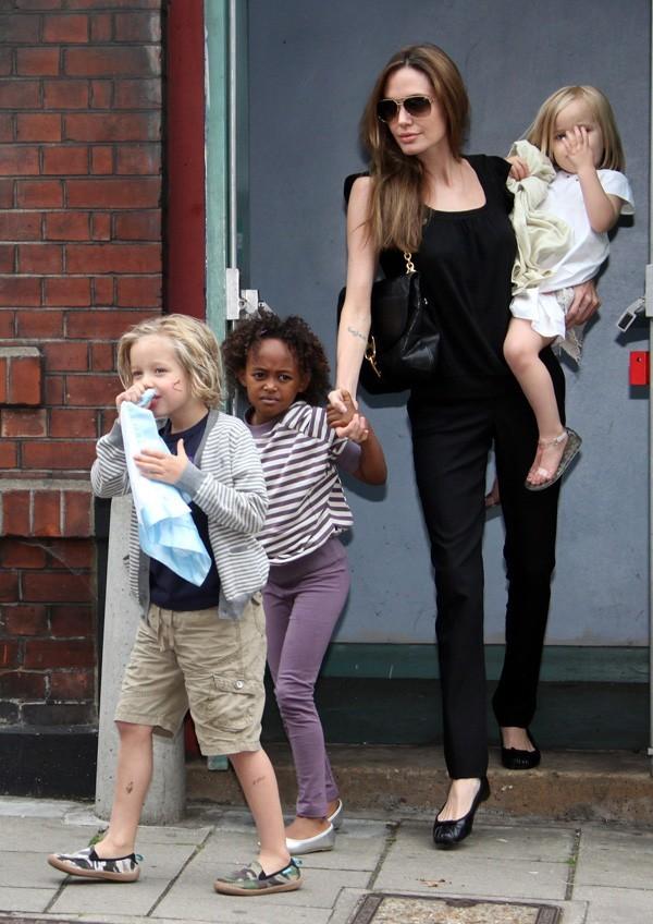 Angelina Jolie, toujours en noir...