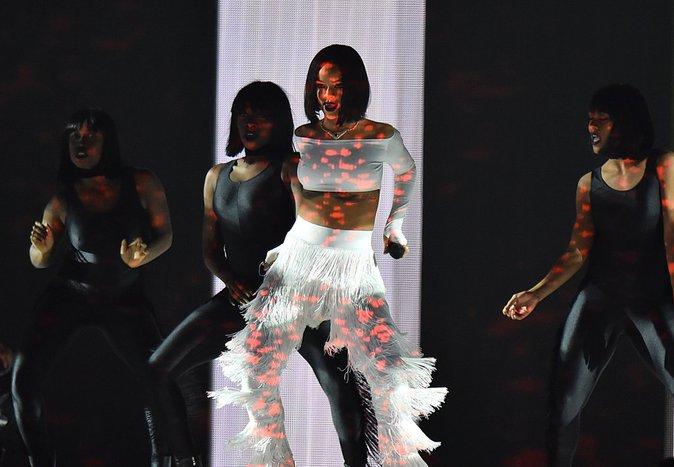 Photos : Brit Awards 2016 : Rihanna de retour sur scène, Drake s'y frotte !