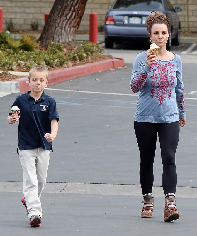 Britney Spears avec son fils Sean Preston à Westlake le 12 mars 2014