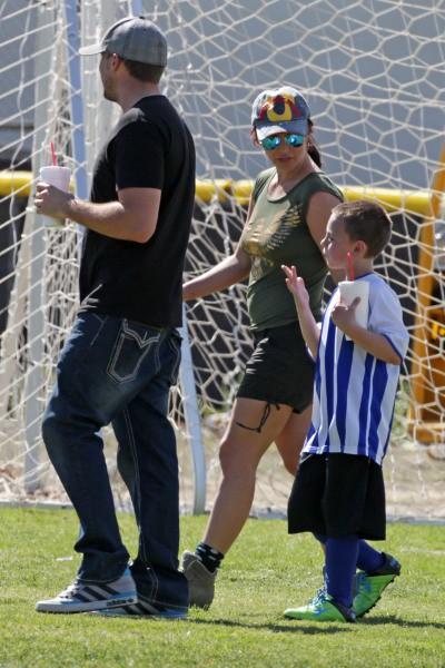 Britney Spears, son fils Jayden James et David Lucado lors d'un match de foot à Los Angeles, le 9 mars 2014.