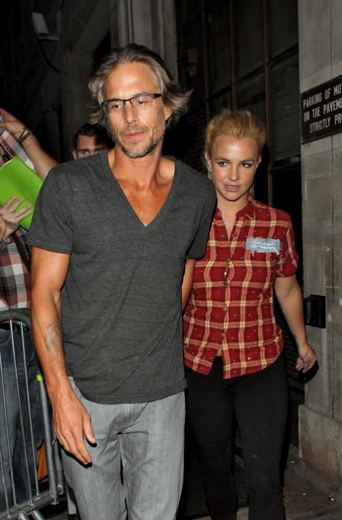 Même en promo à la radio, Britney suit son homme !