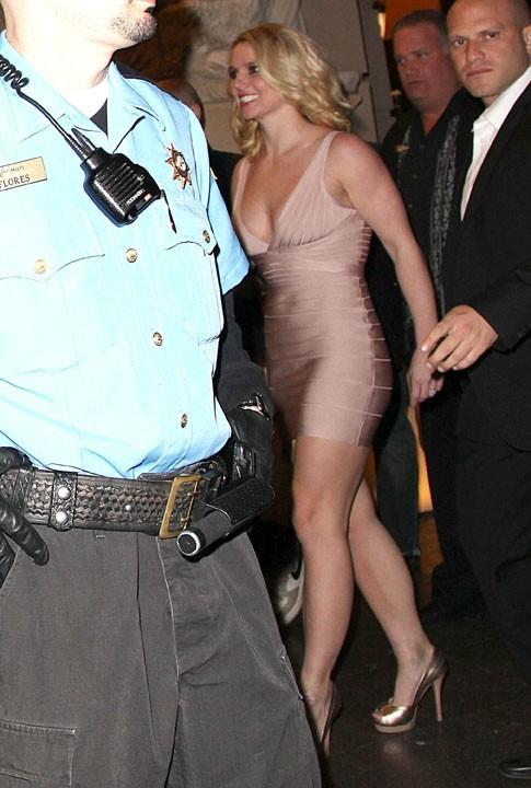 La blondinette a osé la robe bandage !