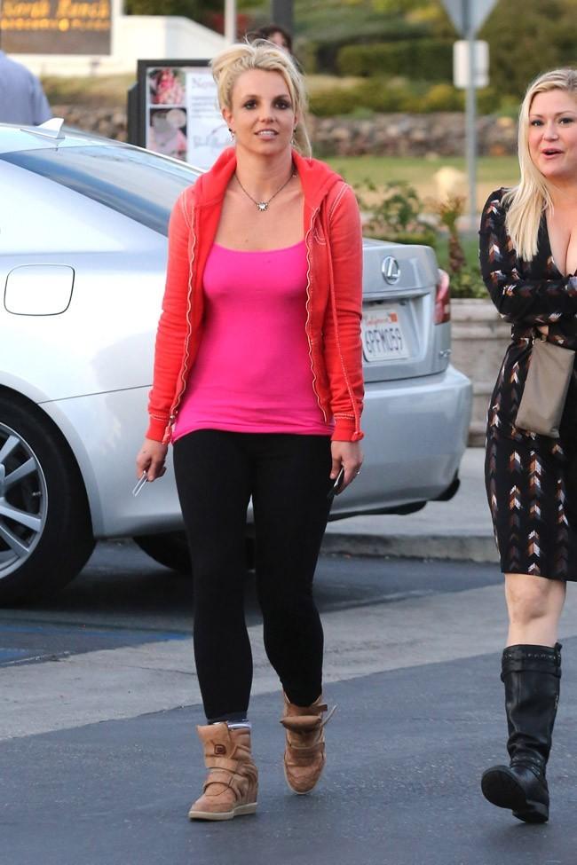 Britney Spears dans les rues de Calabasas avec des amis le 15 février 2013