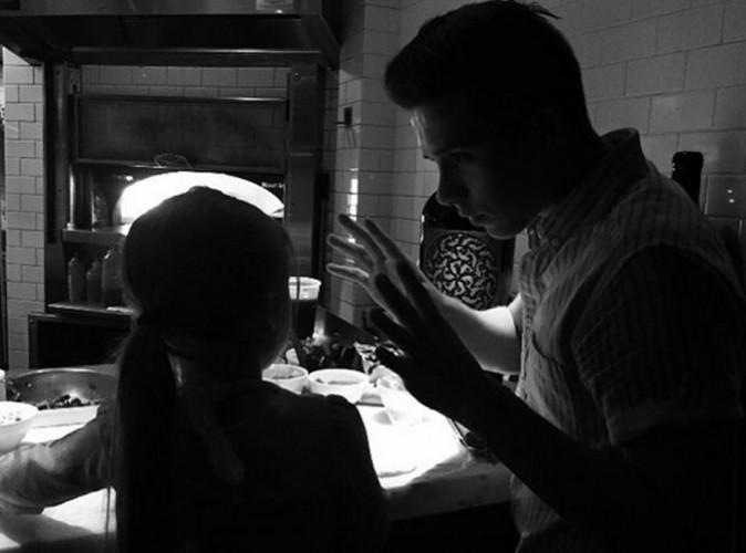 Brooklyn Beckham : grand frère attentionné, il livre un cours de cuisine à Harper !