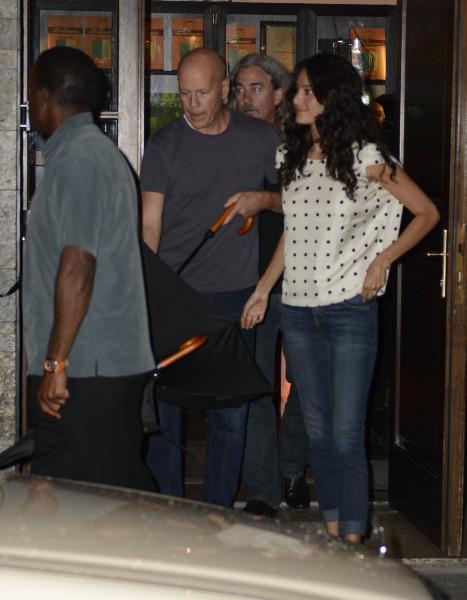 Bruce Willis et sa femme en vacances à Munich le 26 juillet, devant le restaurant Katzelmacher
