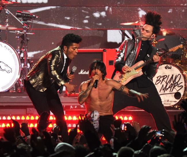 Bruno Mars et les Red Hot Chili Peppers lors de la mi-temps du Super Bowl, le 2 février 2014.