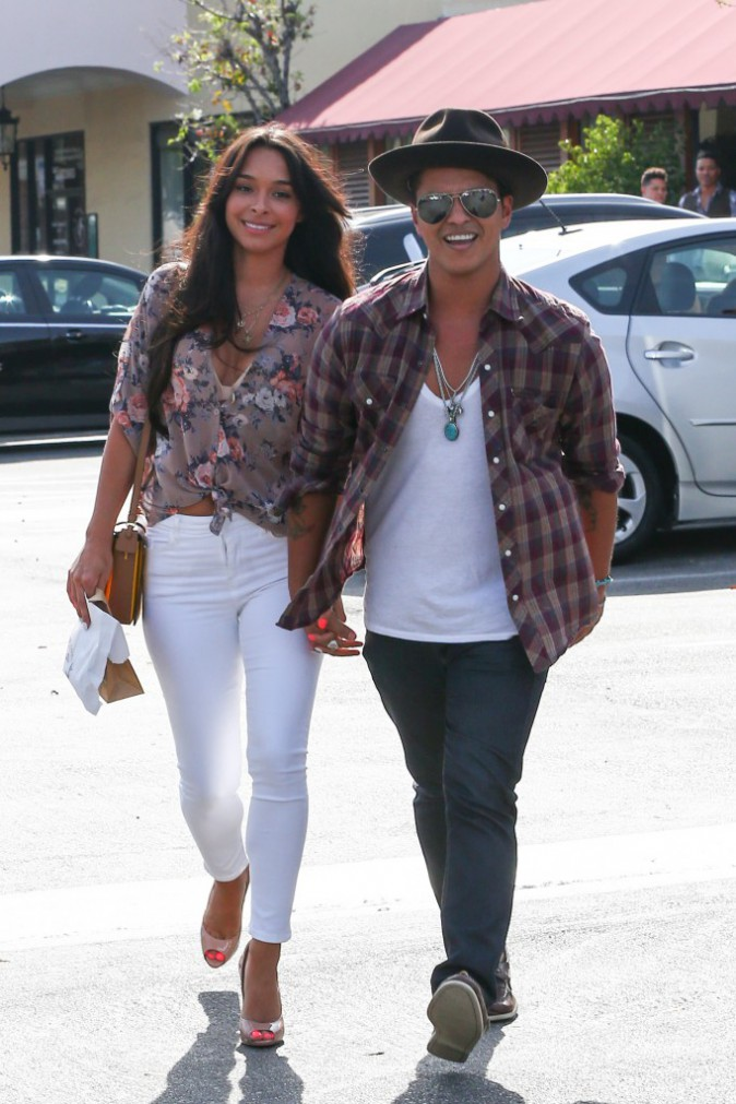 Photos : Bruno Mars : tout sourire avec sa girlfriend Jessica Caban !
