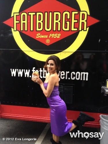 Eva déguste un bon burger en robe de soirée