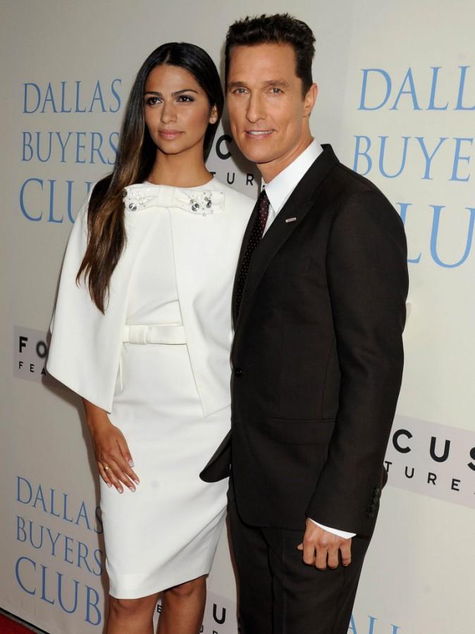 """Camila Alves et Matthew McConaughey lors de la première du film """"Dallas Buyers Club"""" à Beverly Hills, le 17 octobre 2013."""