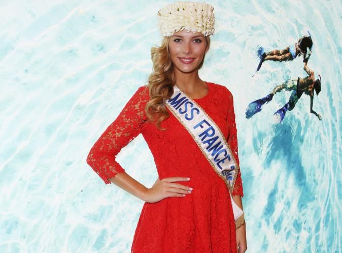 Camille Cerf (Miss France 2015) : robe rouge et couronne de fleurs pour vous donner des envies d'ailleurs !