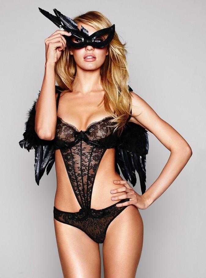 Candice Swanepoel ultra sexy dans la nouvelle campagne de pub Halloween de Victoria's Secret...