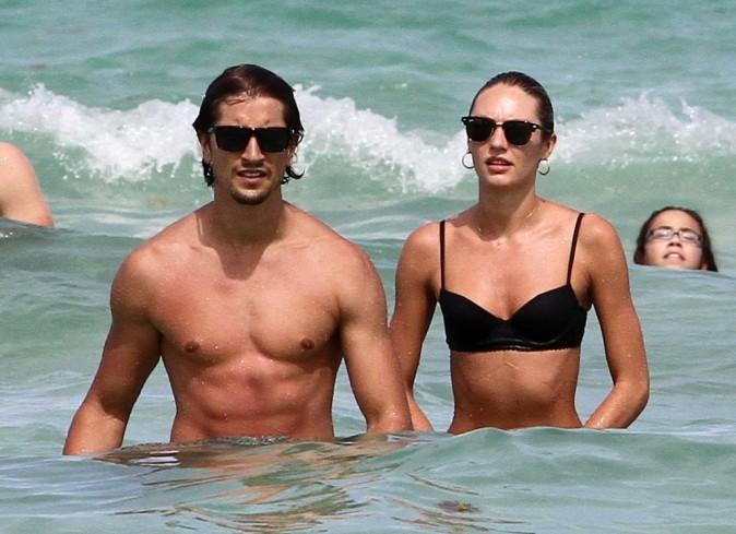 Candice Swanepoel et Hermann Nicoli sur la plage à Miami Beach, le 4 juillet 2012.