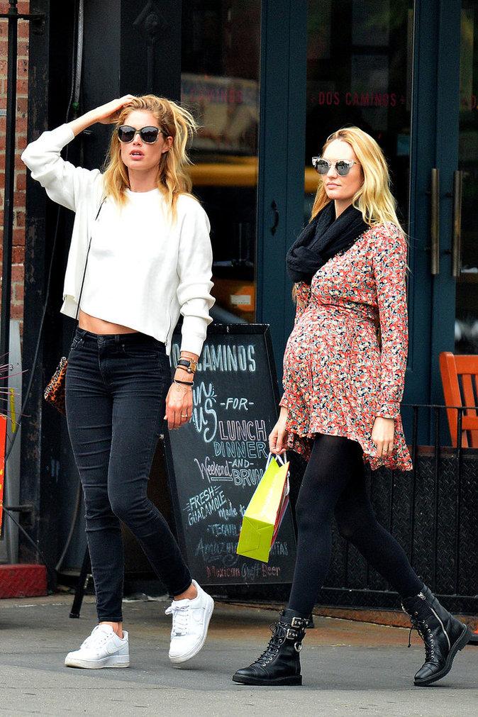 Candice Swanepoel : Future maman toujours aussi lookée en virée shopping avec Doutzen Kroes !