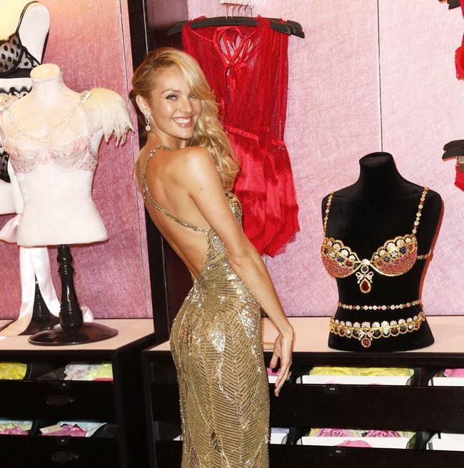 Candice Swanepoel dans une boutique Victoria's Secret de New-York le 6 novembre 2013