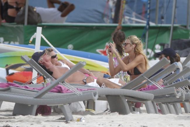 Candice Swanepoel en vacances à Saint Barth' avec une amie, le 30 janvier 2012.