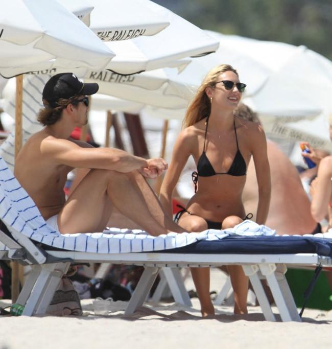 Candice Swanepoel avec son boyfriend à Miami le 2 juillet 2012