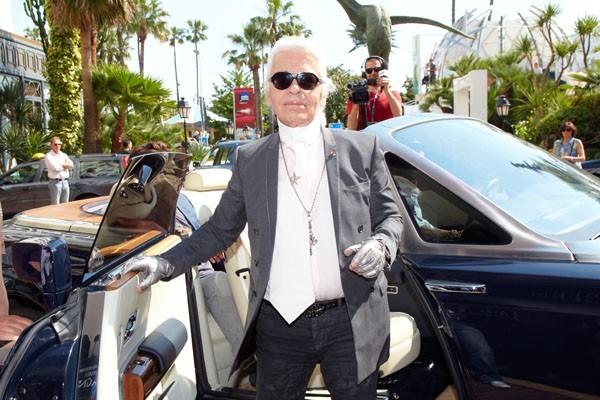 Faites place, il arrive avec classe, laissez passer les gants de strass...Karl Lagerfeld à Cannes 2011