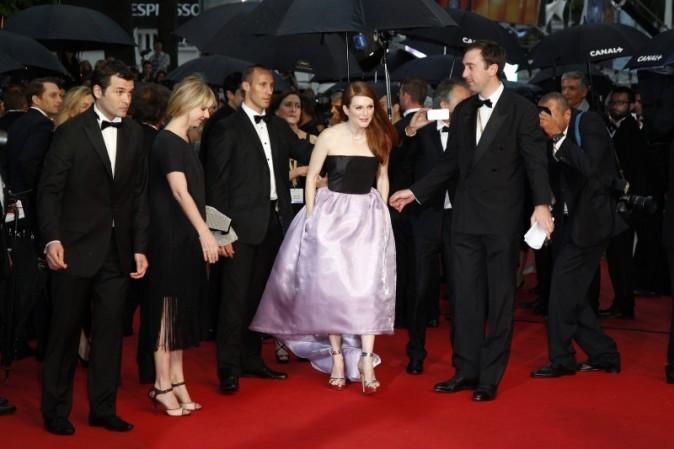 La montée des marches compliquée de Julianne Moore, Cannes, le 15 avril 2013