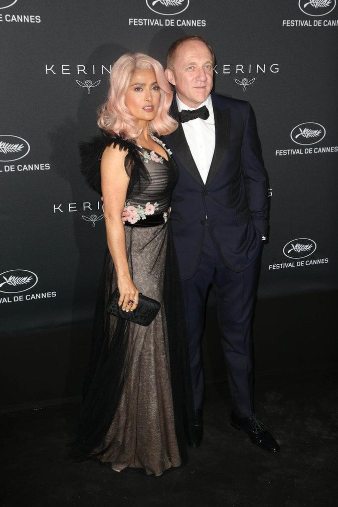 Cannes 2017 : Salma Hayek ose les cheveux roses !