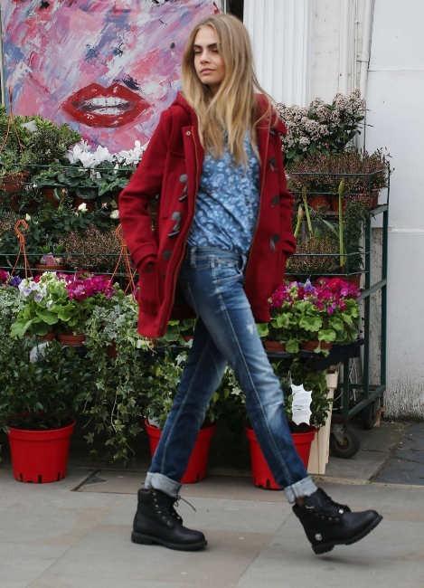 Cara Delevingne en plein shooting pour Pepe Jeans à Londres, le 10 avril 2013.