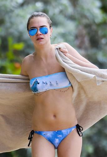 Photos : Cara Delevingne : en vacances à La Barbade elle dévoile un nouveau tatouage… bien placé !
