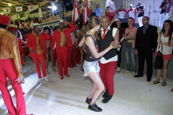 Cara Delevingne plongée dans l'univers de la samba à Rio de Janeiro le 6 octobre 2013