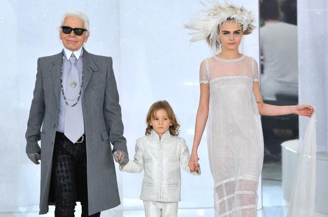 Karl Lagerfeld, Hudson Kroenig et Cara Delevingne lors du défilé Chanel Haute Couture à Paris, le 21 janvier 2014.