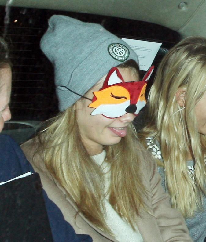 Cara Delevingne : toujours aussi f�line, elle d�gaine un masque de renard en plein coeur de Londres !