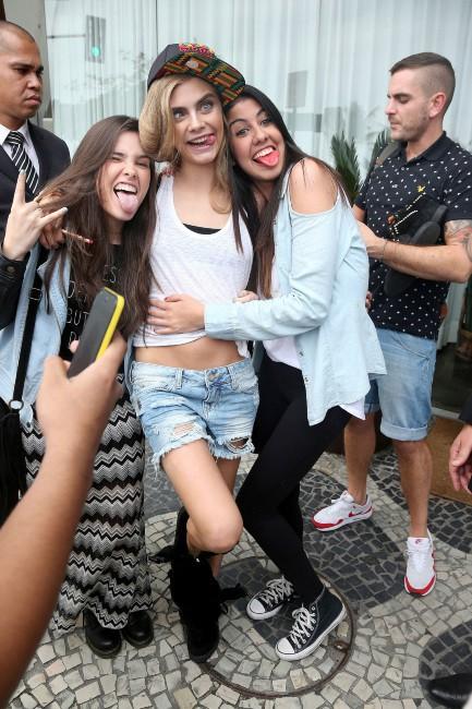 Cara Delevingne dans les rues de Rio de Janeiro avec ses fans, le 3 octobre 2013.