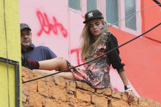 Cara Delevingne en plein shooting pour Vogue à Rio de Janeiro avec ses fans, le 3 octobre 2013.