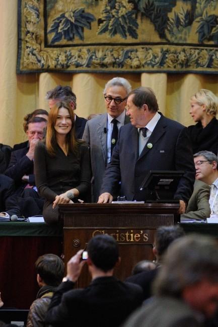 Carla Bruni-Sarkozy lors d'une vente aux enchères à Beaune le 18 novembre 2012