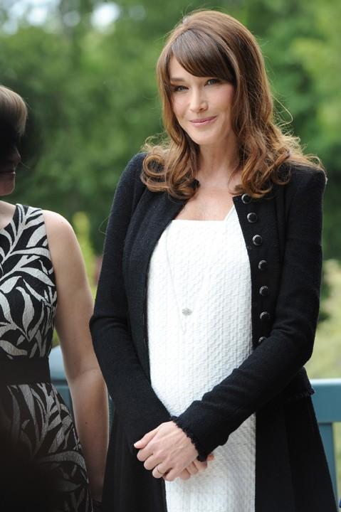 Jeune femme modèle et moderne en noir et blanc !