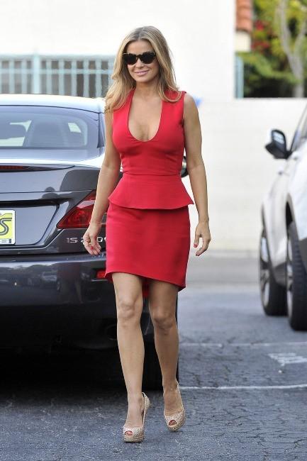 Elle affectionne toujours autant le rouge façon maillot d'Alerte à Malibu