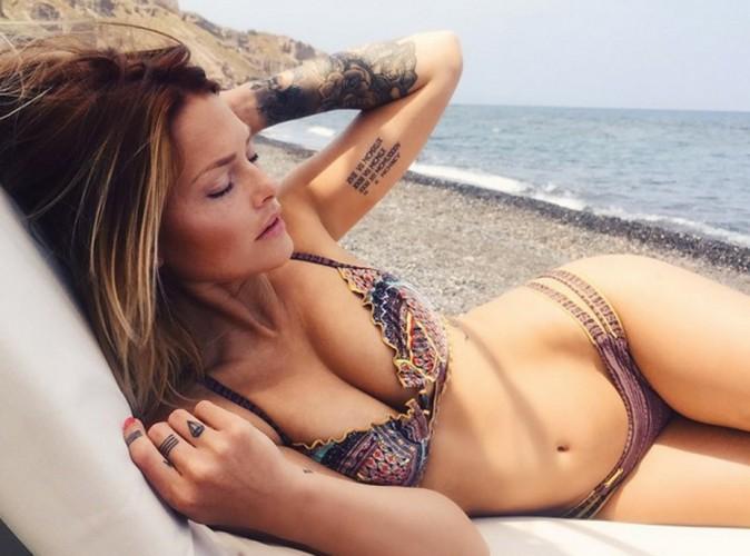 Photos : Caroline Receveur enceinte ? Sublime en bikini, elle dévoile un petit ventre arrondi !