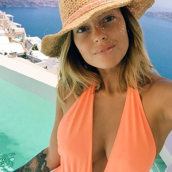 Caroline Receveur en vacances à Santorin !