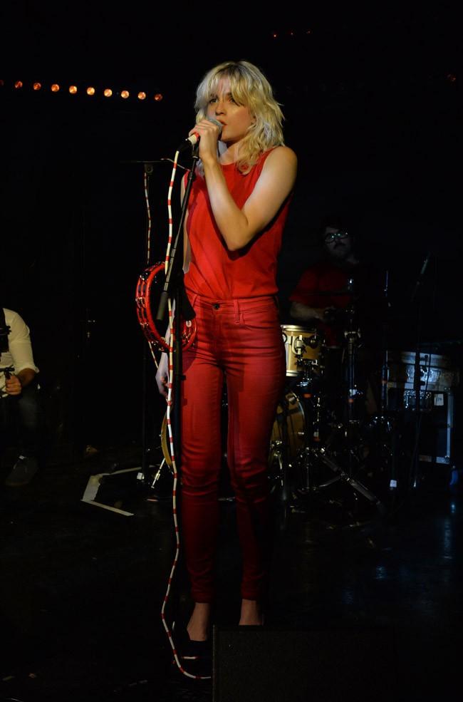 Cécile Cassel sur scène pour l'anniversaire de June's à Paris le 16 octobre 2013