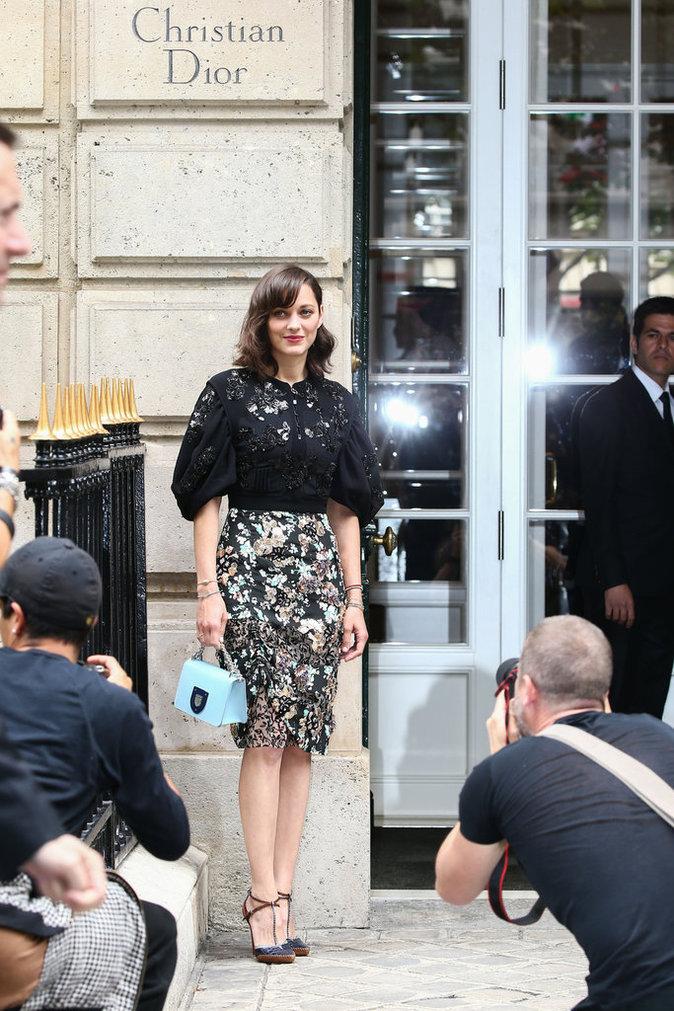 Marion Cotillard arrivant au défilé Christian Dior pendant la Fashion Week Haute Couture le 4 Juin 2016 à Paris
