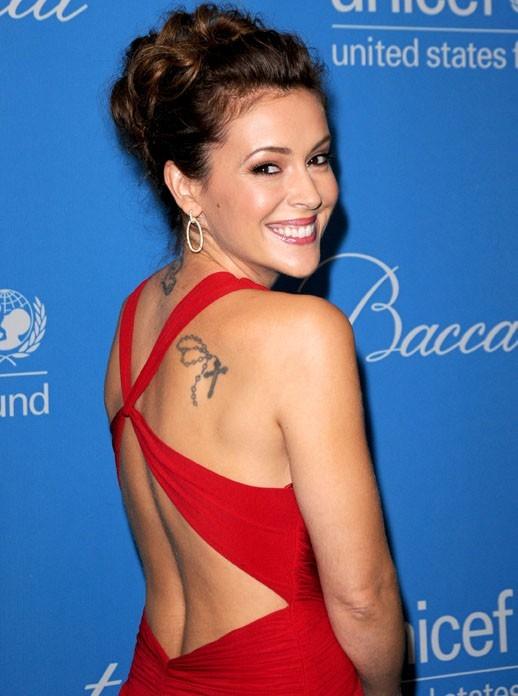 Alyssa Milano aime montrer son tatoo sur le tapis rouge !