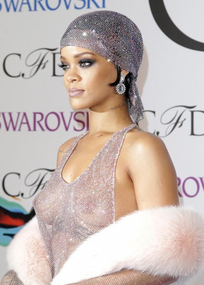 Photos : CFDA Awards : Rihanna : poitrine assumée et fessier dévoilé... une icône fashion qui ose la transparence !