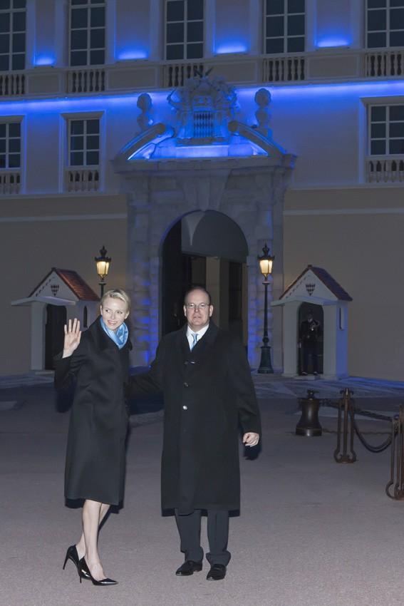 Charlène et Albert de Monaco devant le Palais princier illuminé en bleu le 2 avril 2014