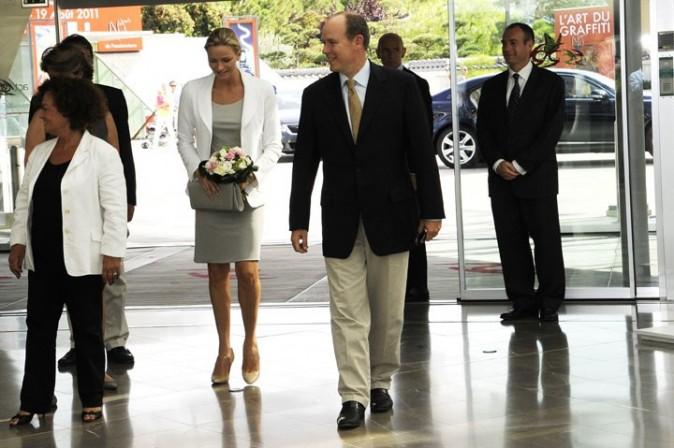 Charlène Wittstock et le prince Albert de Monaco lors d'une visite privée de l'exposition Fastes et Grandeur des Cours d'Europe, au Grimaldi Forum à Monaco, le 4 août 2011.