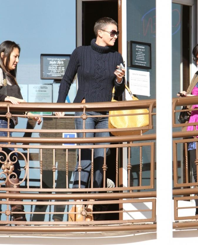 Charlize Theron va déjeuner avec des amis à Los Angeles