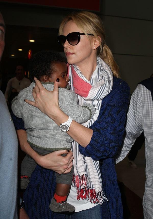 Charlize Theron à l'aéroport Charles de Gaulle le 8 mai 2012