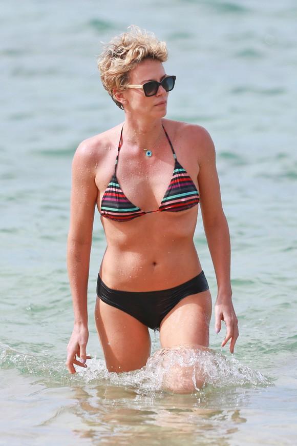 Charlize Theron à Hawaï le 30 décembre 2013