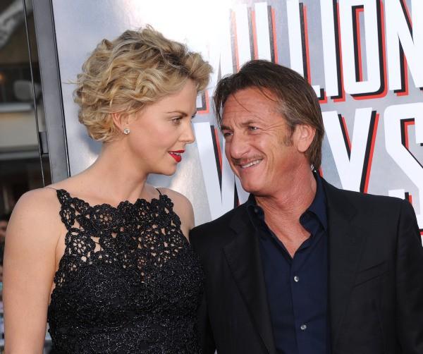 """Charlize Theron et Sean Penn lors de la première du film """"A Million Ways to Die in the West"""" à Westwood, le 15 mai 2014."""