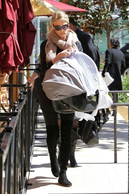 Charlize Theron et son fils à Los Angeles, le 1er avril 2012.