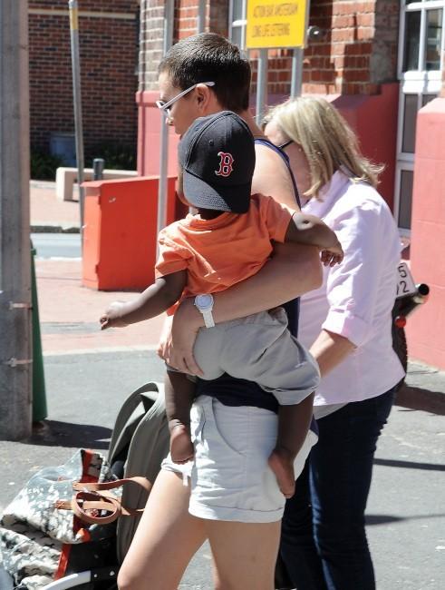 Charlize Theron avec sa mère et son fils à Cape Town, le 23 novembre 2012.