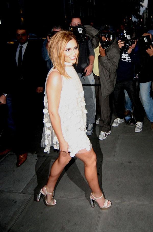 Rayonnante et rétro, dans sa robe Stella McCartney...
