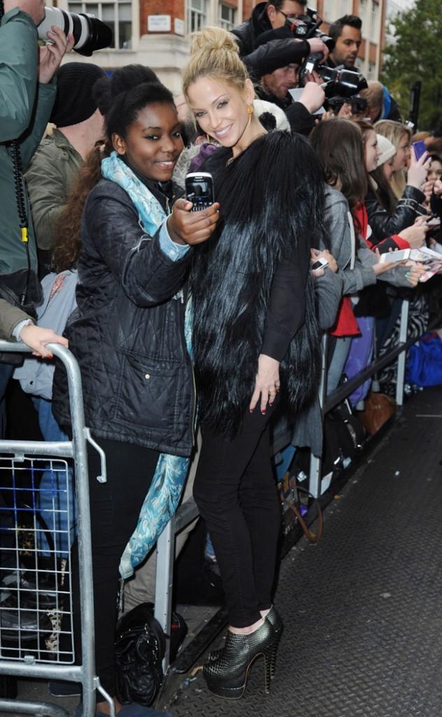 Sarah Harding devant les studios de la la radio Kiss 100 à Londres le 12 novembre 2012