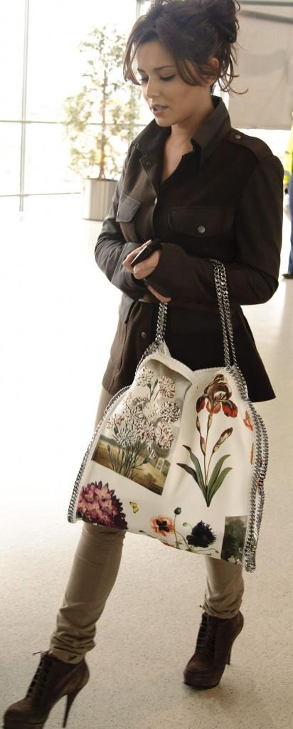 Son look est sympa mais pas son sac !